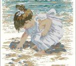 Девочка собирает ракушки