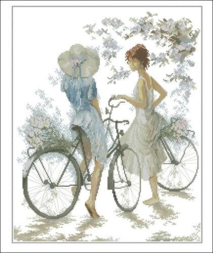 Twee meisjes met twee fietsen