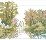 Цветущие деревья вокруг озера