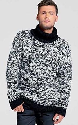Черно-белый свитер с воротником гольф