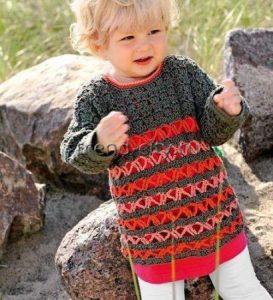 Джемпер крючком с цветными полосами для ребенка