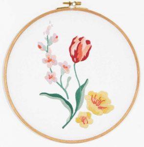 Красный тюльпан с садовыми цветами вышивка гладью