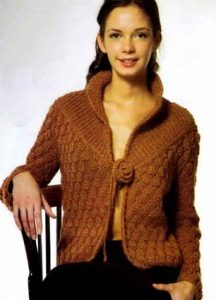Модель вязаного жакета с кокеткой спицами