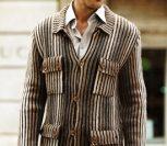 Мужской кардиган с карманами, связанный спицами