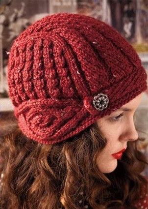 Вязаная спицами шапка-шлем
