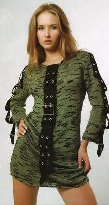 Вязаное спицами платье с планкой